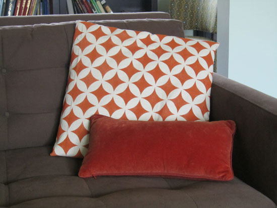 Stenciled pillow DIY project