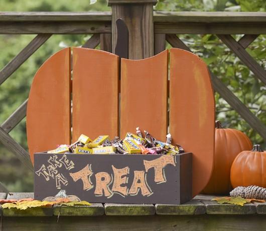 A DIY pumpkin treat box made in Home Depot.